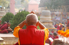 Mönche auf Zeremonie in Mahabodhi-Tempel stockfotografie
