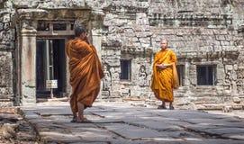 Mönche bei Angkor Wat Stockbilder
