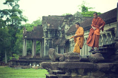 Mönche bei Angkor Wat Stockfotos