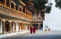Mönche bei Punakha Dzong, Bhutan lizenzfreie stockfotos