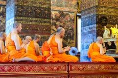 Mönche beten am Abend Wat Pho im Tempel Stockbild