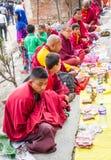 Mönche, die auf Buddhas Geburtstag bitten Stockbilder
