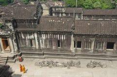 Mönche, die bei Angkor Wat schlendern Lizenzfreies Stockfoto