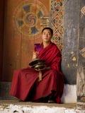 Mönche, die für das Jakar tsechu (Festival, proben) Stockbild