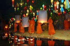 Mönche, die fliegende Kerze während Loy-krathong starten lizenzfreie stockfotografie
