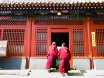 Mönche, die innerhalb des Lamatempels gehen Stockfoto
