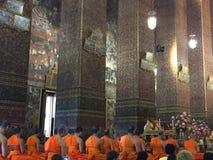 Mönche, die am Tempel beten Stockfoto