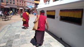 Mönche, die um Boudhanath Stupa in Kathmandu, Nepal gehen Ton 3D stock video
