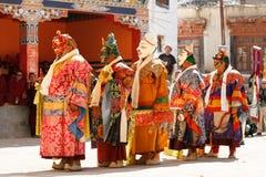 Mönche führen einen religiösen verdeckten und kostümierten Geheimnistanz des tibetanischen Buddhismus am traditionellen Cham-Tanz lizenzfreie stockfotos
