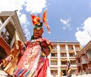 Mönche führen einen religiösen verdeckten und kostümierten Geheimnistanz des tibetanischen Buddhismus am traditionellen Cham-Tanz stockbild
