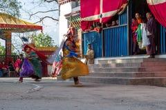 Mönche führen verdeckten und kostümierten Tanz des tibetanischen Buddhismus während des Cham-Tanz-Festivals durch Tänzer verwisch stockfotos