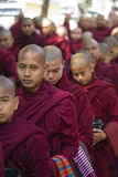 Mönche in Folge für das Mittagessen: Mahagandayon-Kloster Lizenzfreie Stockfotos