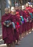 Mönche in Folge für das Mittagessen: Mahagandayon-Kloster Stockfotos
