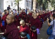 Mönche in Folge für das Mittagessen: Mahagandayon-Kloster Stockbild