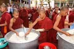 Mönche in Folge an Mahagandayon-Kloster Stockbilder
