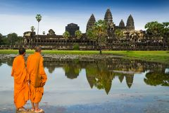 Mönche im Buddhismus bei Angkor Wat stockbild