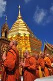 Chiang Mai, Thailand: Mönche bei Wat Doi Suthep lizenzfreie stockbilder