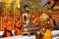 Chiang Mai, Thailand: Mönche bei Wat Doi Suthep lizenzfreies stockfoto