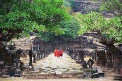 Mönche reisen und gehend am Bottich Phou oder Wat Phu Stockfotografie
