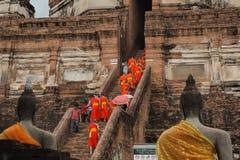 Mönche und Touristen, die Wat Yai Chai Mongkon besuchen Stockfoto