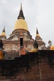 Mönche und Touristen, die Wat Yai Chai Mongkon visisting sind Stockbilder