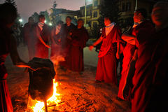 Mönche und zeremonielles Feuer, Gyuto-Kloster, Dharamshala, Indien stockfotografie