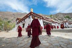 Mönche verlassen die Hauptaula des Serumklosters Lizenzfreies Stockfoto