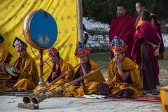 Mönche von Bhutan spielen tibetanisches Horn bei Puja, Bumthang, Mittel-Bhutan stockfotografie