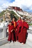 Mönche vor Potala Palast Stockfoto