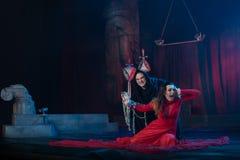 Mönchmann und weibliche Schönheit in einem roten Kleid lizenzfreie stockfotos