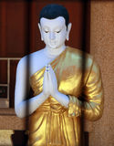Mönchschrei im thailändischen Tempel stockbild