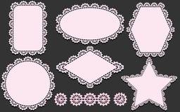 Mönstra borsten och uppsättningen av servetter i olika former Rosa doiliesbeståndsdelar som isoleras på grå bakgrund Royaltyfri Bild