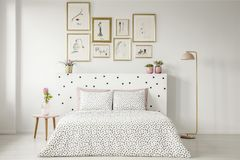 Mönstrad inre för sovrum för kvinna` s royaltyfri bild