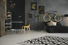Mönstrad matta i inre för rum för tonåring` s med gul stol a arkivfoto