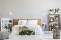 Mönstrad puff och korg i ljus sovruminre med lampor, royaltyfria foton