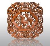 Mönstrad thailändsk konst som snider på trä, höna Royaltyfri Bild