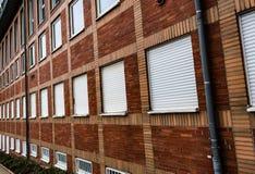 Mönstrad vägg för tegelsten av kontorsbyggnad från vinkel arkivbild