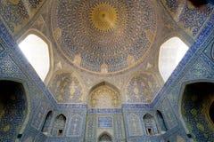 Mönstrade bågar och enorm kupol inom den forntida persiska moskén Fotografering för Bildbyråer