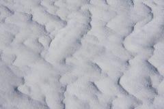 Mönstrade vita kristalliska insnöade unika drivor royaltyfria foton