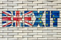 Mönstrade vita tegelstenar blockerar väggen med Brexit bokstäver arkivbild