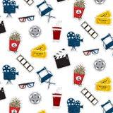 Mönstrar plana bioklistermärkear för vektor filmen, camers, biljetter, popcorn, exponeringsglas, stol, bildband Tvsymbolillustrat vektor illustrationer