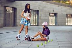 Mörbultat ben medan rulle som åker skridskor flickaerbjudandeskydd för knä Fotografering för Bildbyråer