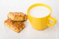 Mördegskakakakor med jordnötter och koppen av mjölkar Arkivfoton