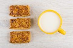 Mördegskakakakor med jordnötter och mjölkar i gul kopp Arkivfoto