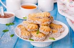 Mördegskakakakor med karamell och kokosnöten på en platta royaltyfri fotografi