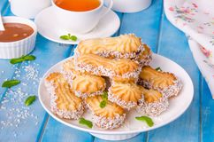 Mördegskakakakor med karamell och kokosnöten på en platta royaltyfria foton