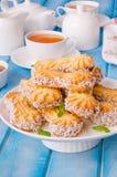 Mördegskakakakor med karamell och kokosnöten på en platta royaltyfria bilder