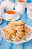 Mördegskakakakor med karamell och kokosnöten på en platta arkivfoton