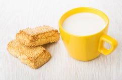 Mördegskakakakor med sesam och koppen av mjölkar på tabellen Arkivbilder