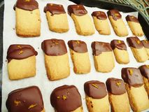 Mördegskakakex med doppad choklad och orange piff royaltyfri fotografi